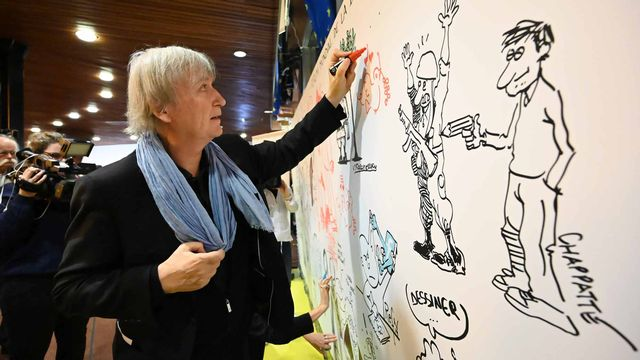 Jean Plantu dessine lors du World Forum for Democracy 2019 à Strasbourg. [Frederick Florin - AFP]