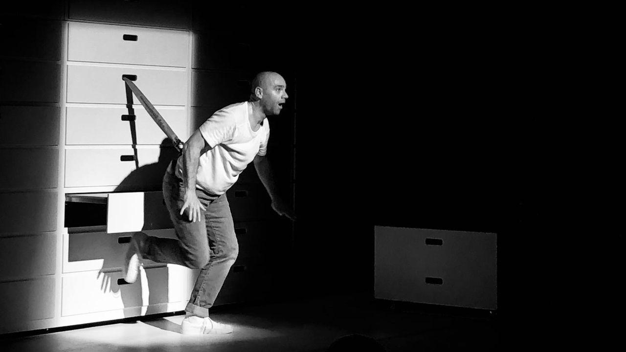 "Karim Slama dans son spectacle ""L'évadé"". [karimslama.ch]"