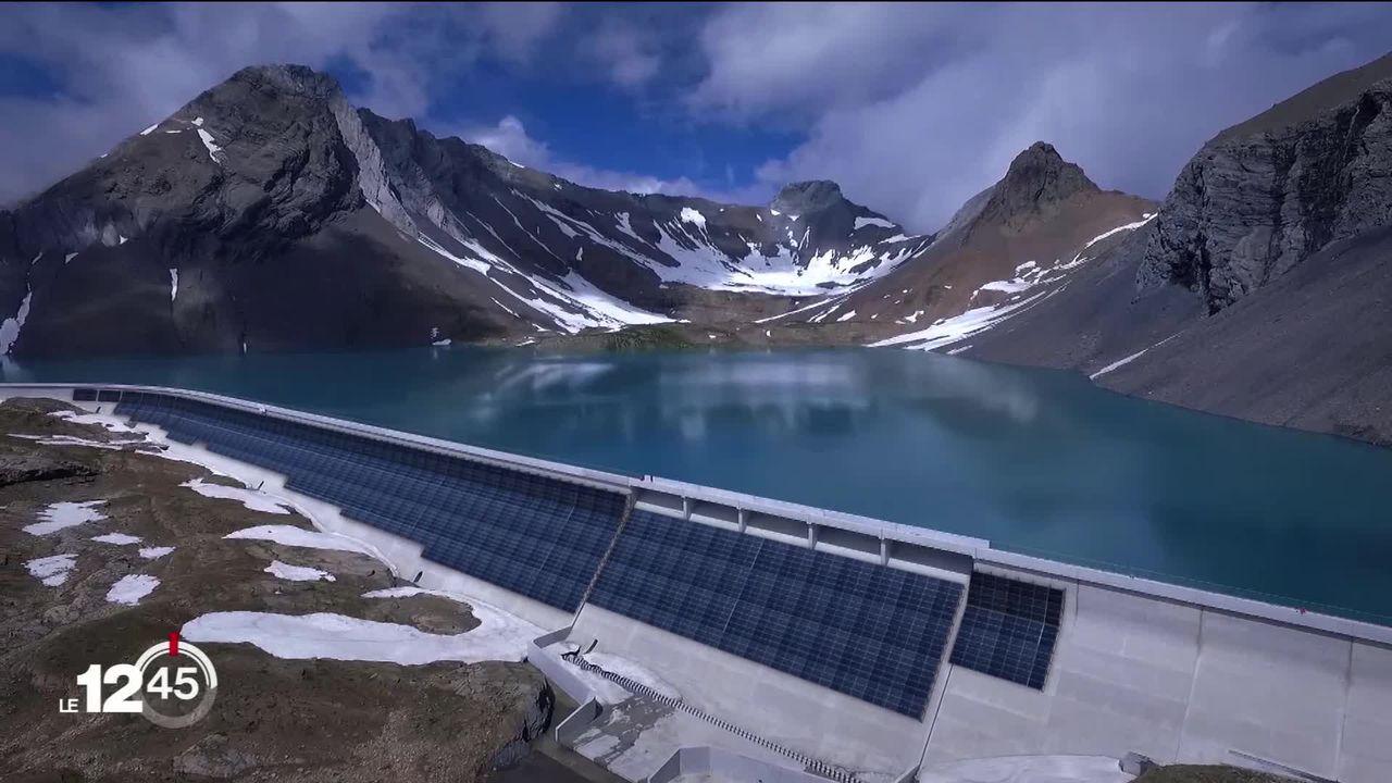 Des panneaux solaires sur le mur du barrage de Linth-Limmern [RTS]