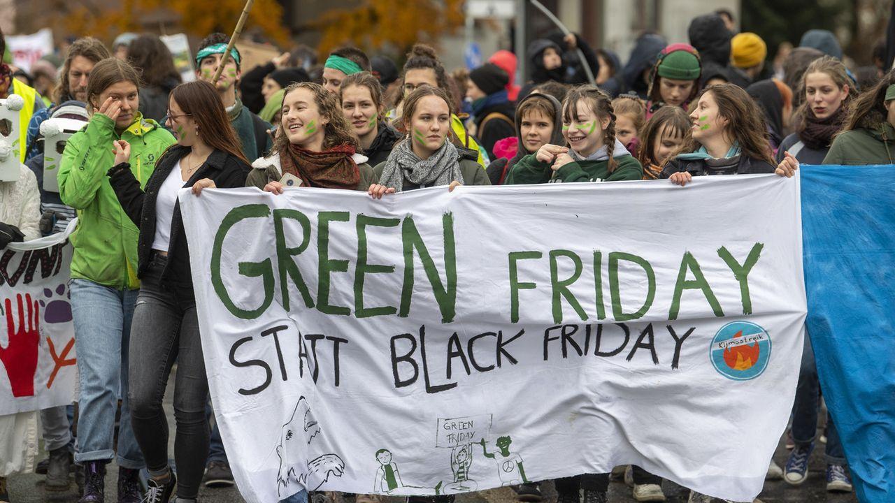 Des manifestants pour le climat dans la rue à Berne, le 29 novembre 2019. [Marcel Bieri - Keystone]