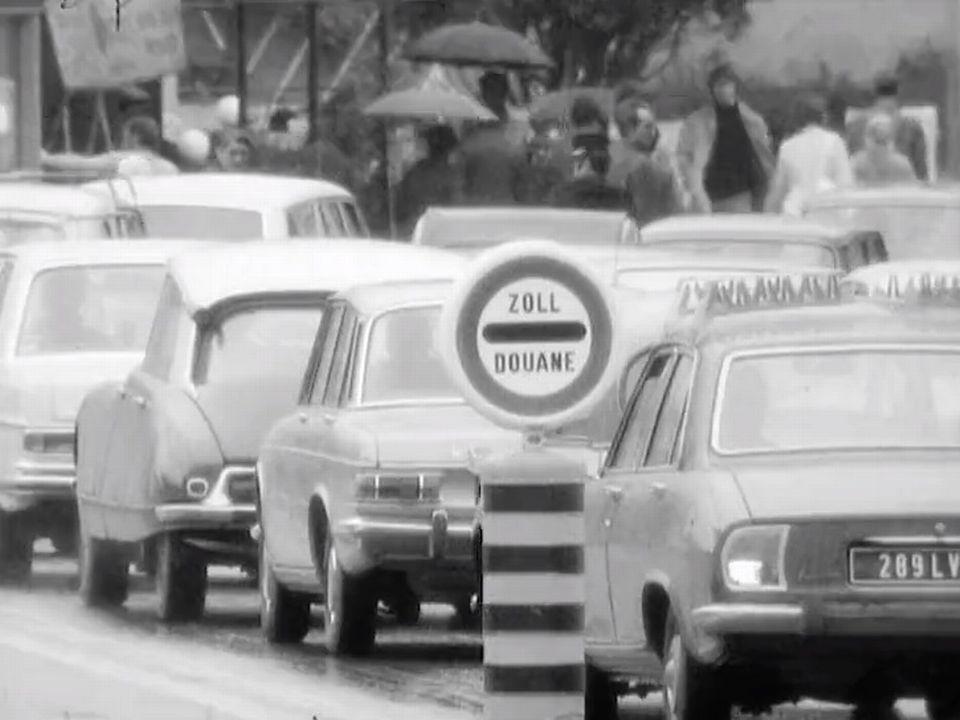 Le sort des frontaliers en 1971 examiné dans l'émission Affaires publiques. [RTS]