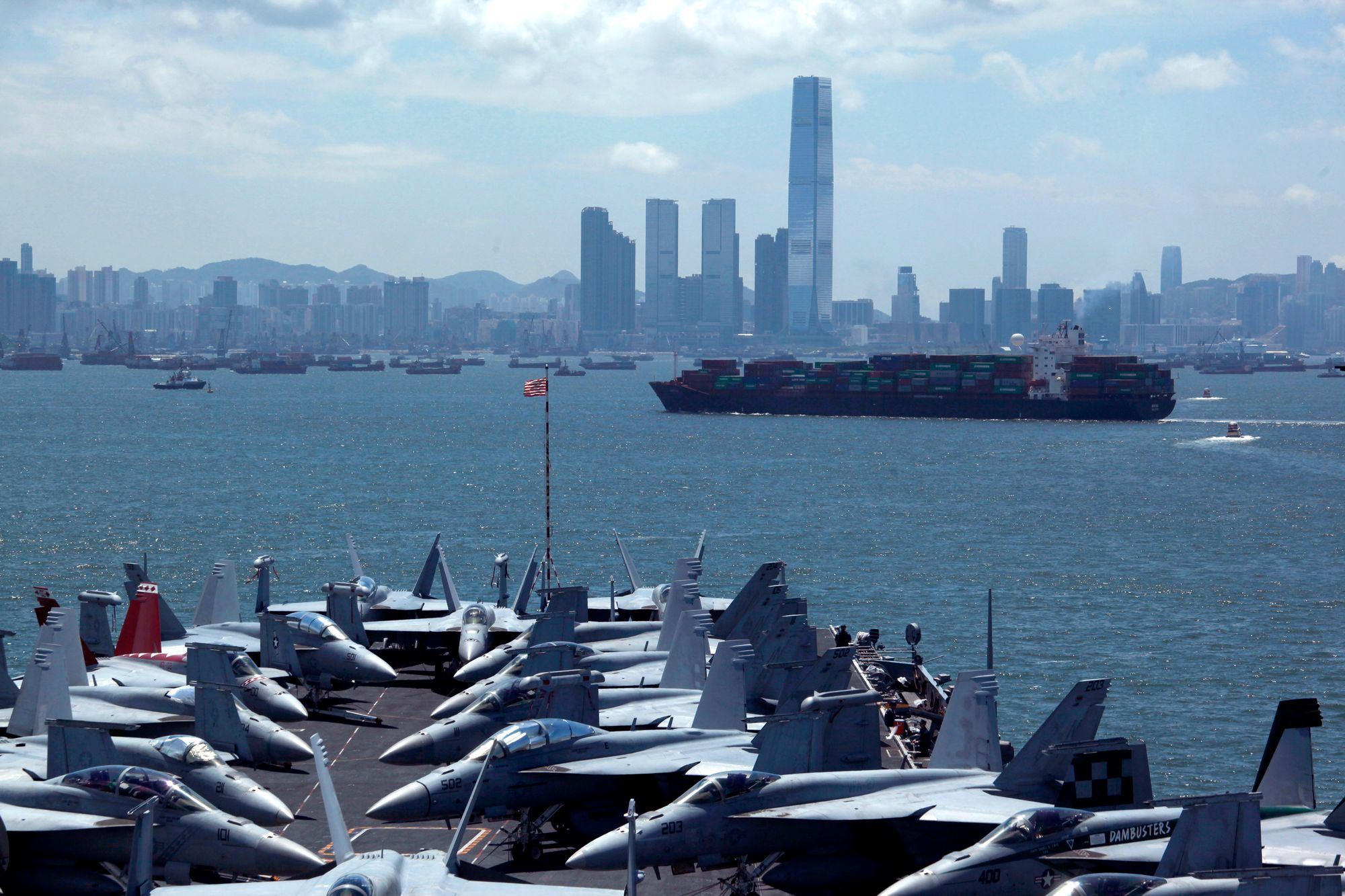 Le porte-avion USS George Washington faisant escale devant Hong Kong en 2012.