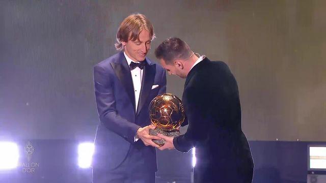 Ballon d'Or: Leo Messi reçoit son trophée des mains de Luka Modric [RTS]