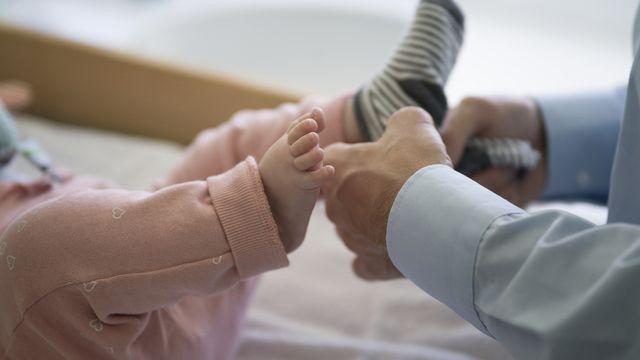 Le référendum contre le congé paternité ne convainc pas les sections romandes de l'UDC. [Gaetan Bally - Keystone]