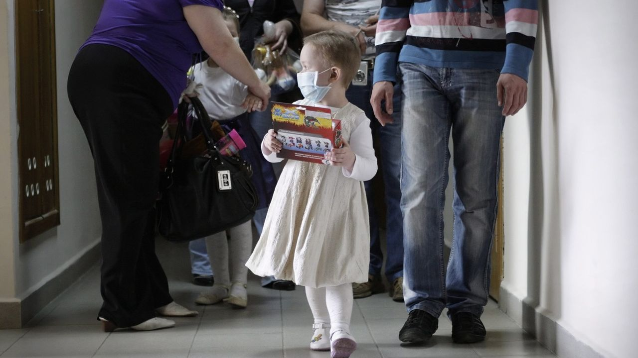 S'occuper d'enfants gravement malades peut bouelverser l'équilibre familial (photo prétexte). [Tatyana Zenkovich - EPA/Keystone]