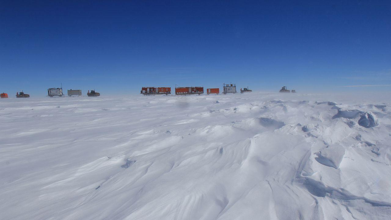 Convoi du raid ASUMA, en 2016, au milieu du continent Antarctique. Bruno JOURDAIN/IGE  CNRS Photothèque [Bruno JOURDAIN/IGE  - CNRS Photothèque]
