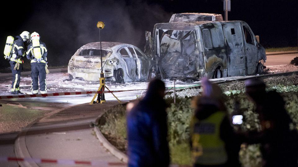 Des pompiers travaillant sur les trois véhicules calcinés après l'attaque d'un fourgon de transport de fonds le lundi 2 décembre 2019. [Laurent Gillieron - Keystone]