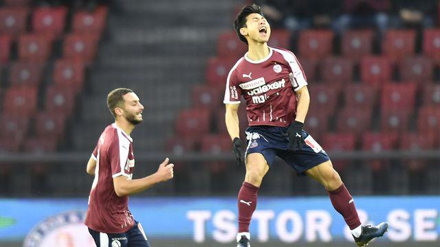 Trois buts sur trois frappes du pied droit pour le Sud-Coréen de Servette Jung-Bin Park. [Walter Bieri - KEYSTONE]