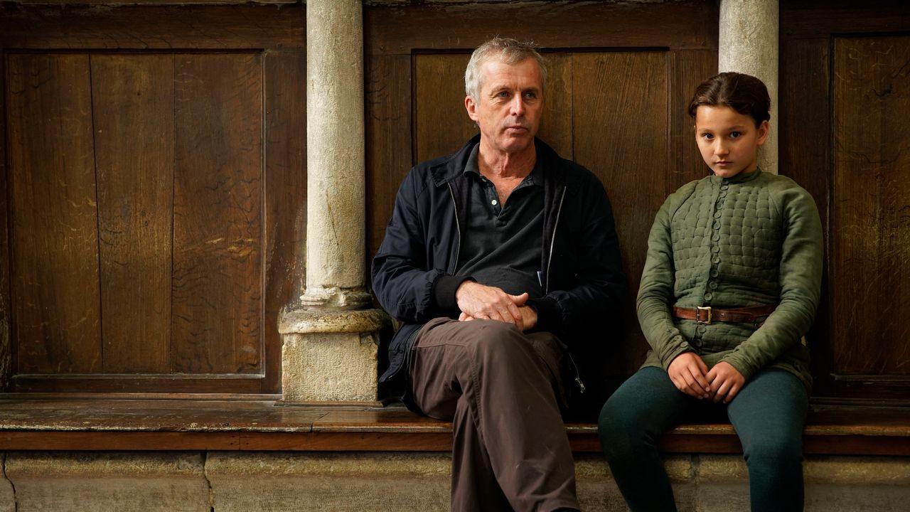"""Le réalisateur Bruno Dumont aux côtés de Lise Leplat-Prudhomme, qui incarne Jeanne d'Arc dans son film """"Jeanne"""". [Roger Arpajou - 3B Productions]"""