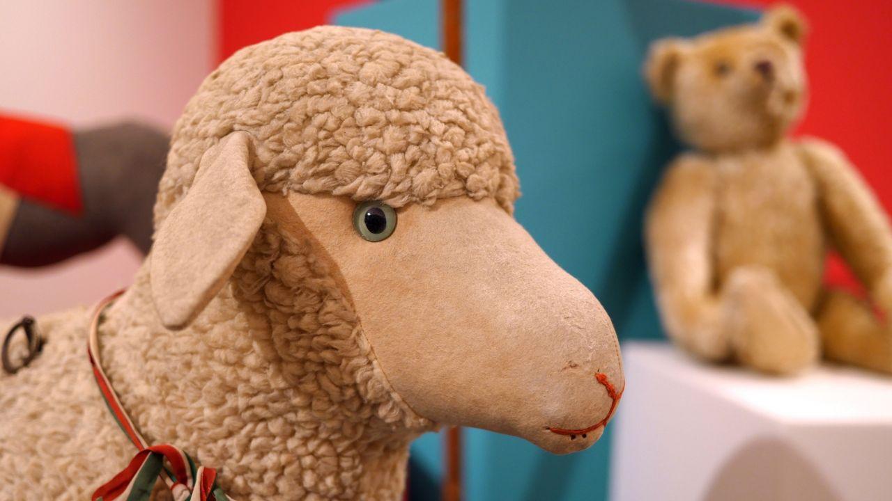 """Un mouton de l'exposition """"N'oublie pas mon petit soulier"""" au Château de Gruyères. [Copyright Château de Gruyères]"""