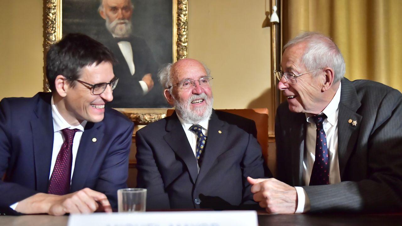 Les astrophysiciens suisses Didier Queloz et Michel Mayor avec la Canado-américain James Peebles, lors de la remise de leur Prix Nobel, le 10 décembre 2019 à Stockholm. [Jonas Ekstromer - EPA/Keystone]