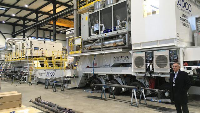 """Didier Manzoni, directeur de la Division espace d'Apco Technologies, devant le """"lorry"""" conçu et construit à Aigle (VD).  Photo de Silvio Dolzan RTS [RTS]"""
