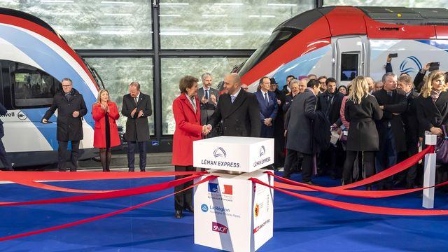 La conseillère fédérale Simonetta Sommaruga et l'ambassadeur de France Frédéric Journes au centre de la cérémonie à Genève. [Martial Trezzini - Keystone]