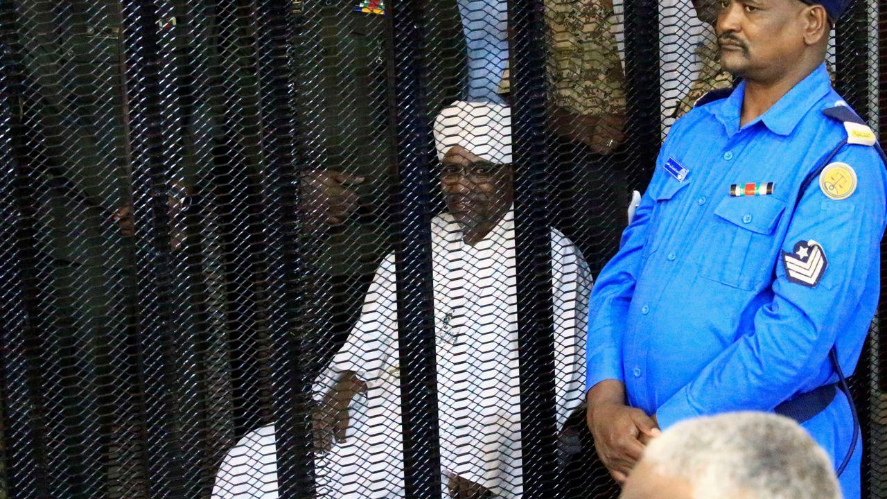L'ex-président Omar el-Béchir dans une cage au premier jour de son procès à Khartoum. [Mohamed Nureldin Abdallah - Reuters]