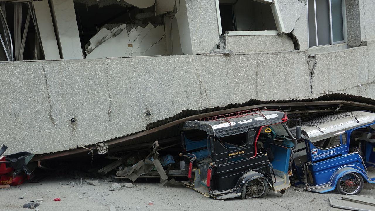 Des véhicules endommagés après le séisme qui a frappé les Philippines. [EPA/Cerilo Ebrano - Keystone]