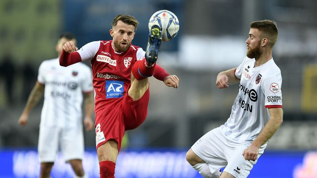Ermir Lenjani et Thibaut Corbaz ont bataillé pour boucler leur 1re partie de saison avec les trois points. En vain. [Olivier Maire - Keystone]