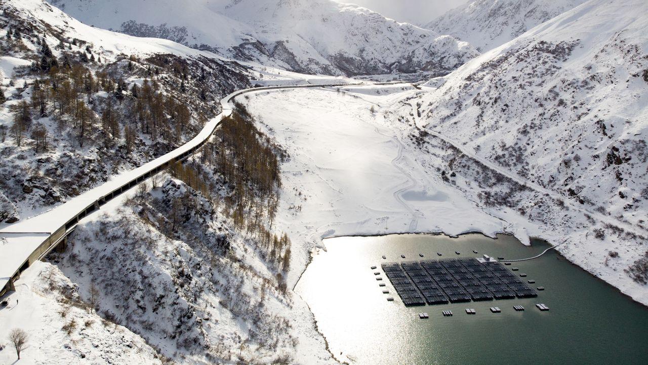 Le parc solaire flottant sur les eaux du barrage des Toules, dans le val d'Entremont. [Laurent Darbellay - Keystone]