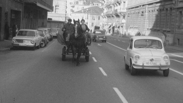 Monsieur Aeby et son cheval dans les rues de Lausanne en 1968. [RTS]