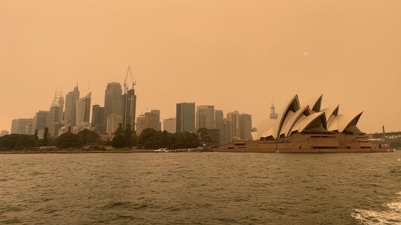 La ville de Sydney recouverte par un épais nuage de fumée. [John Mair - Reuters]