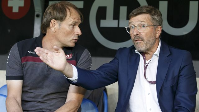 Le futur ex-président servettien Didier Fischer en discussion avec Alain Geiger, l'entraîneur des Grenat. [Salvatore Di Nolfi - KEYSTONE]
