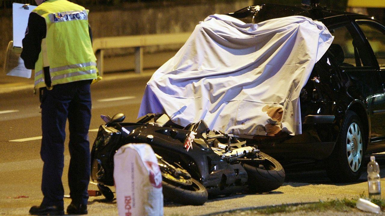 Un gendarme sur les lieux d'un accident mortel à Genève en 2006 (image d'ilustration). [Salvatore Di Nolfi - Keystone]