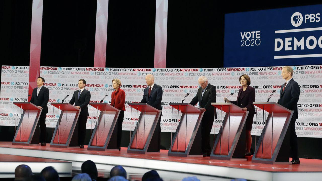 Les candidats au débat démocrate du 19 décembre (de g. à d.): Andrew Yang, Pete Buttigieg, Elizabeth Warren, Joe Biden, Bernie Sanders, Amy Klobuchar, Tom Steyer. [Chris Carlson - Ap photo]