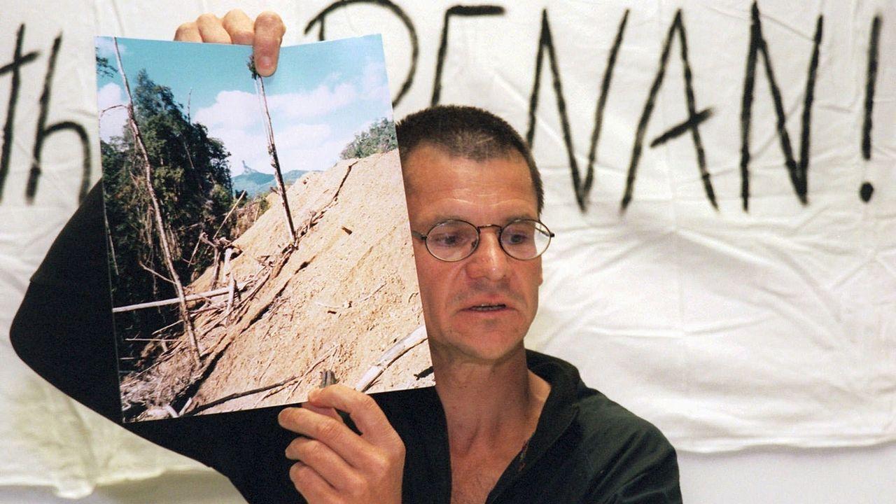 L'activiste Bruno Manser, photographié en 1999 lors d'une conférence de presse. [Doris Kraettli - Keystone]