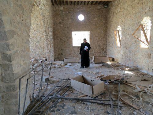 Un prêtre catholique dans les décombres d'un monastère à al-Qaryatain, dans la province de Homs.