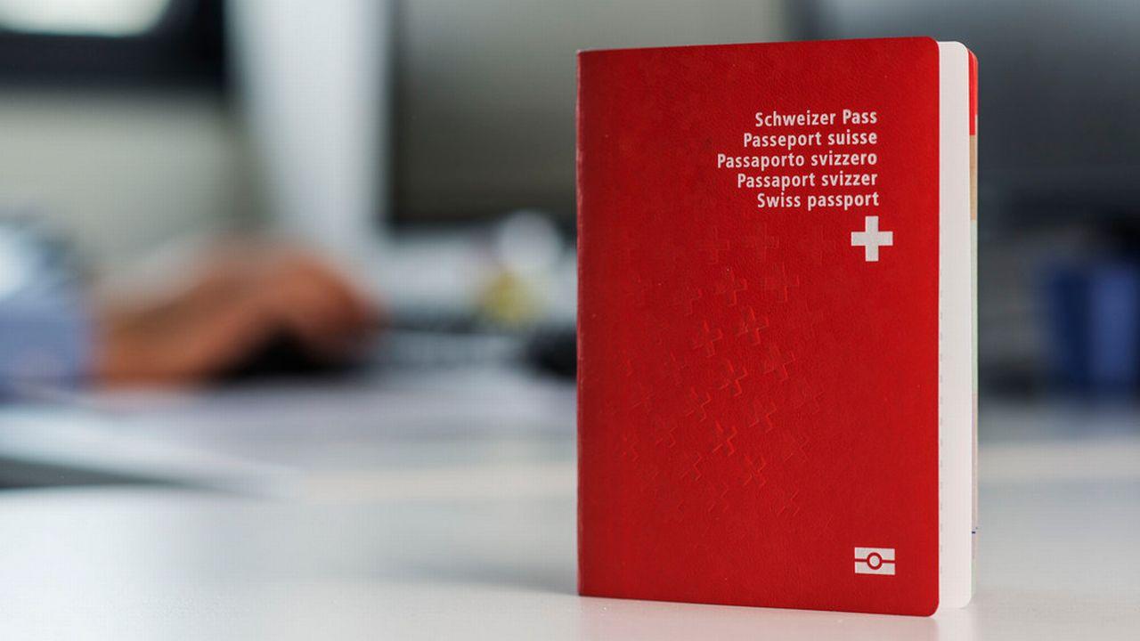 A l'inverse du passeport suisse, le projet de e-ID ne sera pas un support physique et ne pourra pas être utilisé pour voyager (image d'illusatration). [Christian Beutler - Keystone]