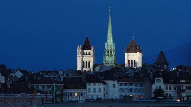 La cathédrale Saint-Pierre de Genève photographie à la tombée de la nuit en août 2005. [Laurent Gilliéron - Keystone]