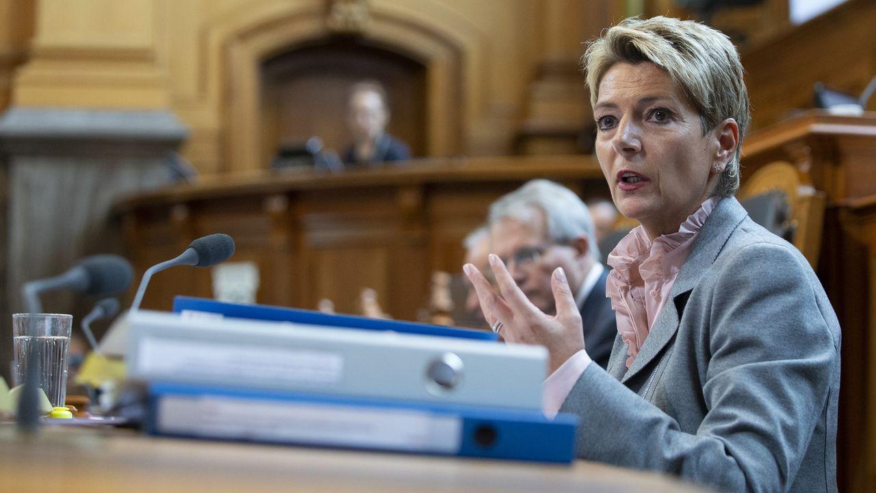 La ministre de la justice Karin Keller-Sutter propose d'équiper les victimes de violence domestique d'un pisteur en cas d'interdiction de contact. [Peter Klaunzer - Keystone]