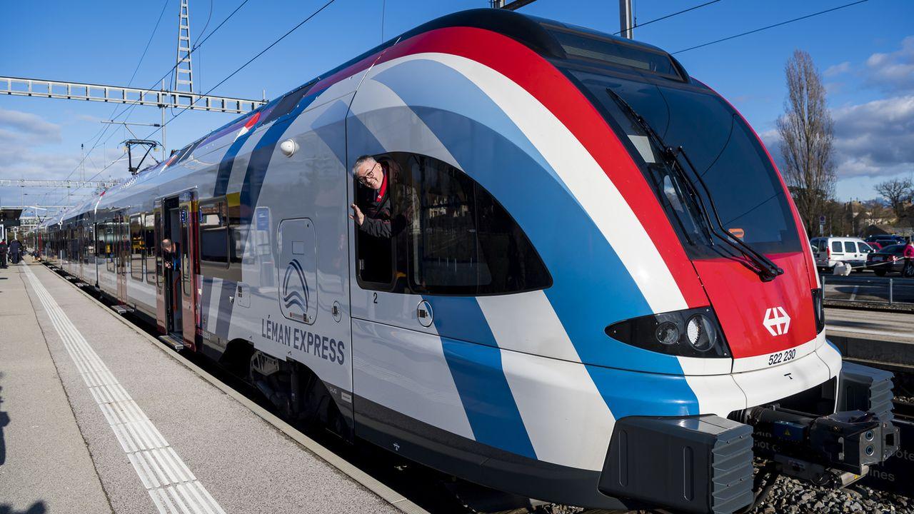 """Les rames du Léman Express portent les couleurs du drapeau français """"par hasard"""" [Jean-Christophe Bott - Keystone]"""