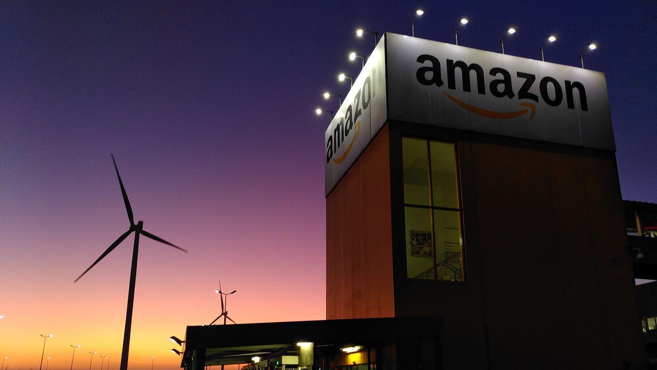Entrée principale du site d'Amazon de Lauwin-Planque, dans le nord de la France. [Christophe Canut - RTS]