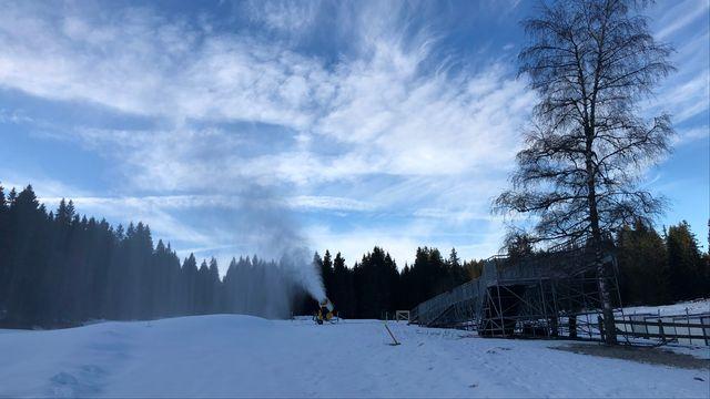 Les canons à neige tournent à plein régime pour préparer les épreuves de ski de fond des Jeux Olympiques de la Jeunesse à la Vallée de Joux. [Yoan Rithner - RTS]