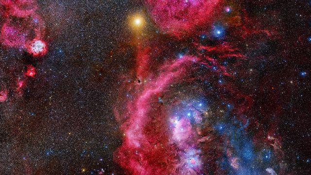 La constellation d'Orion et ses nébuleuses. En haut à gauche, l'étoile très brillante est la supergéante rouge Bételgeuse. [Stanislav Volskiy - NASA]