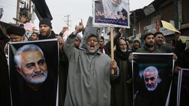Des manifestants crient vengeance après la mort du général iranien Qassem Soleimani à Magam dans la région du Kashmir. [Mukhtar Khan - AP Photo/Keystone]
