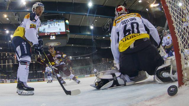 Le gardien tessinois Viktor Östlund encaisse le 2-0 genevois marqué par Fehr. [Salvatore Di Nolfi - KEYSTONE]