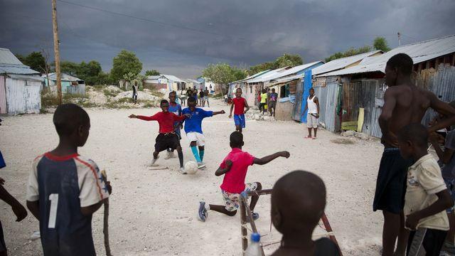 Des enfants jouent dans un camp mis sur pied pour les personnes handicapées et leurs familles après le tremblement de terre de 2010 à Port-au-Prince, Haïti. [Dieu Nalio Chery - AP Photo/Keystone]