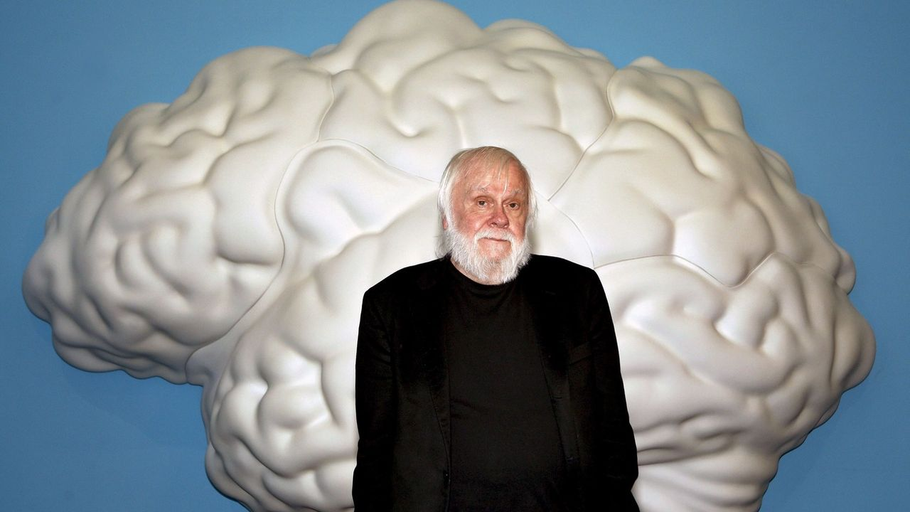 John Baldessari prend la pose devant une de ses oeuvres, en 2010 à Barcelone. [Toni Garriga - EPA]
