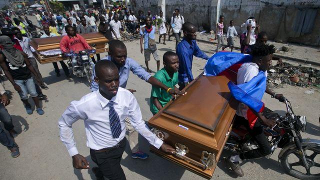 Le mouvement de révolte à Haïti dénonce la corruption, qui empêche le pays de se reconstruire. [Dieu Nalio Chery - AP Photo/ Keystone]