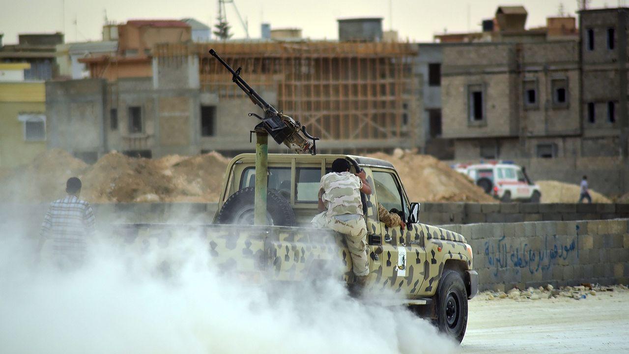 Un homme armé dans une rue de Benghazi en Libye (image d'illustration). [Maher Alawami - EPA]