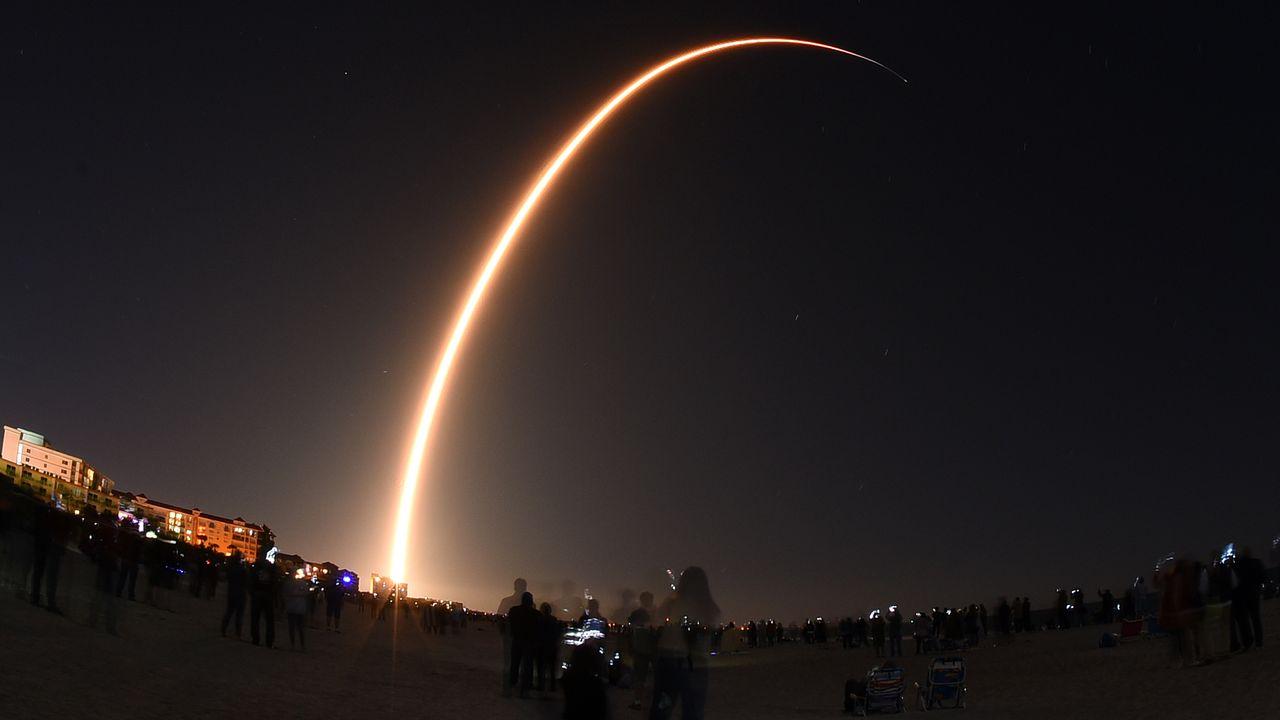Le lancement d'une fusée de SpaceX transportant 60 satellites Starlink, le 6  janvier 2020 à Cap Canaveral. [Paul Henness - NurPhoto/AFP]