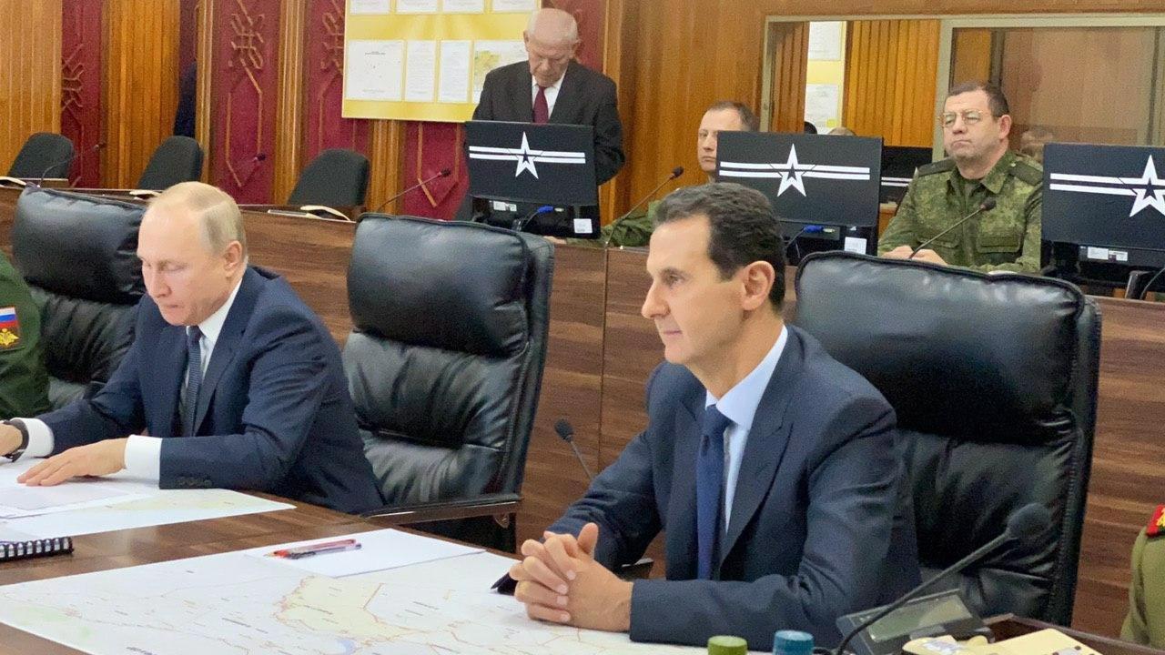 Vladimir Poutine (gauche) et Bachar al-Assad (droite), dans le dans un centre de commandement de l'armée russe à Damas, ce 7 janvier 2020. [Syrian Presidency Handout - EPA]