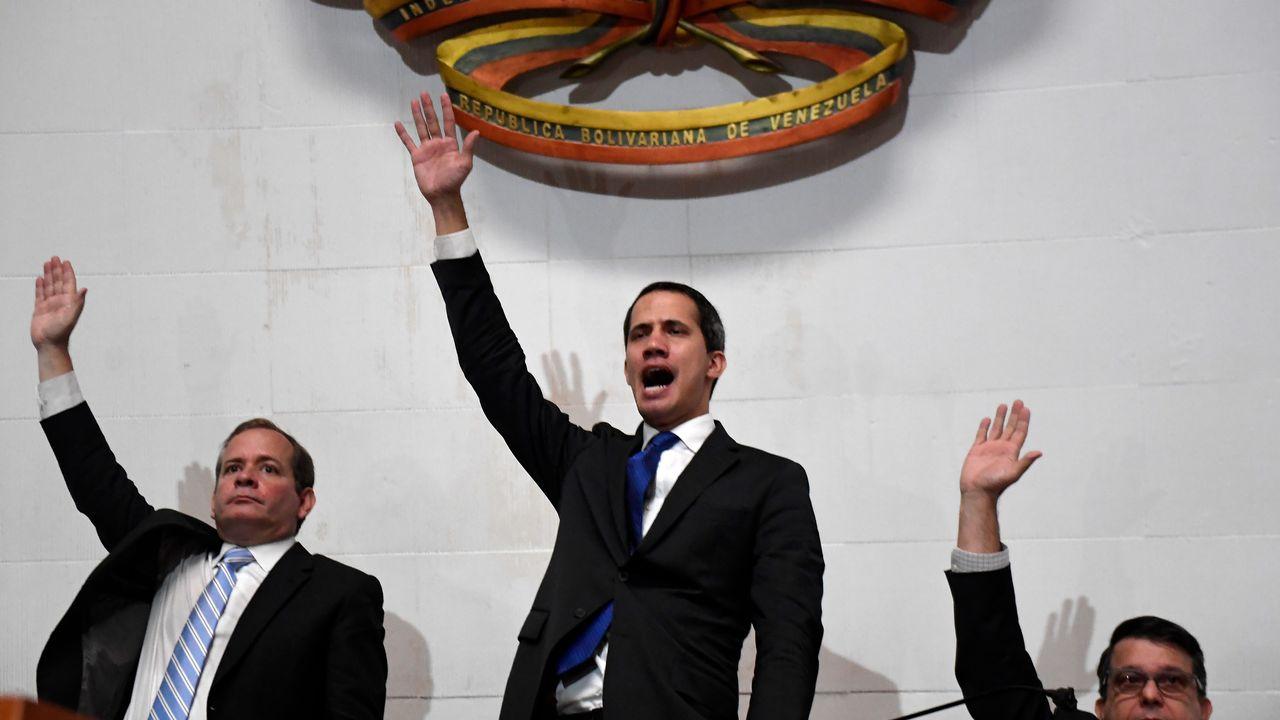 Juan Guaido (centre) au perchoir du Parlement vénézuélien, ce 7 janvier 2020. [Federico Parra  - AFP]