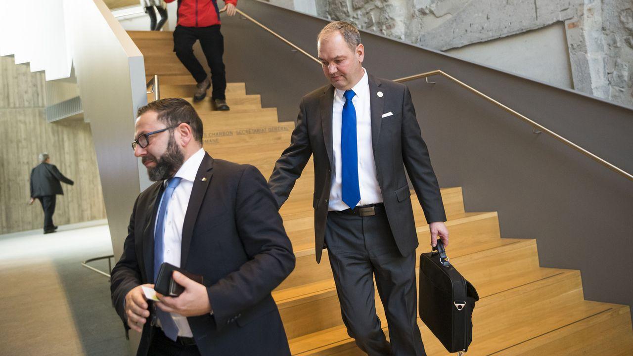 Yves Ravenel (à droite) en compagnie de son collègue UDC Philippe Jobin (à gauche). [Jean-Christophe Bott - Keystone ]