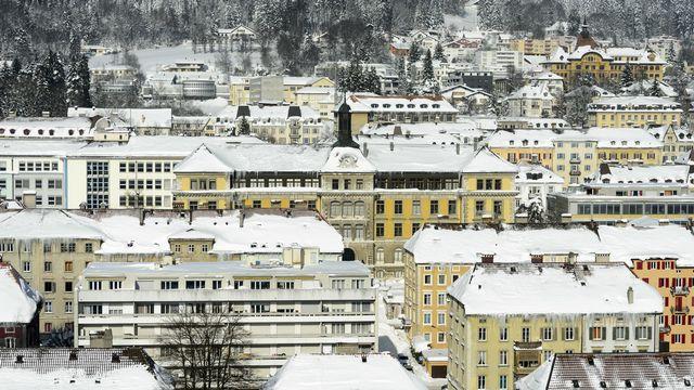 Les toits couverts de neige de la ville de La Chaux-de-Fonds (février 2015). [Laurent Gilleron - Keystone]