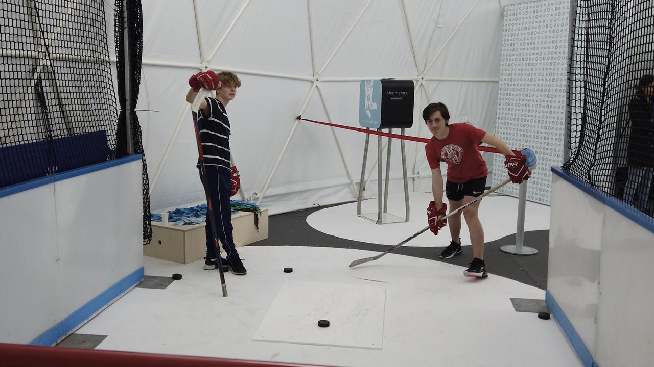 """Un des ateliers du programme """"Health for performance"""" permet de mesurer la vitesse d'un tir en hockey sur glace. [Pauline Turuban - RTSinfo]"""