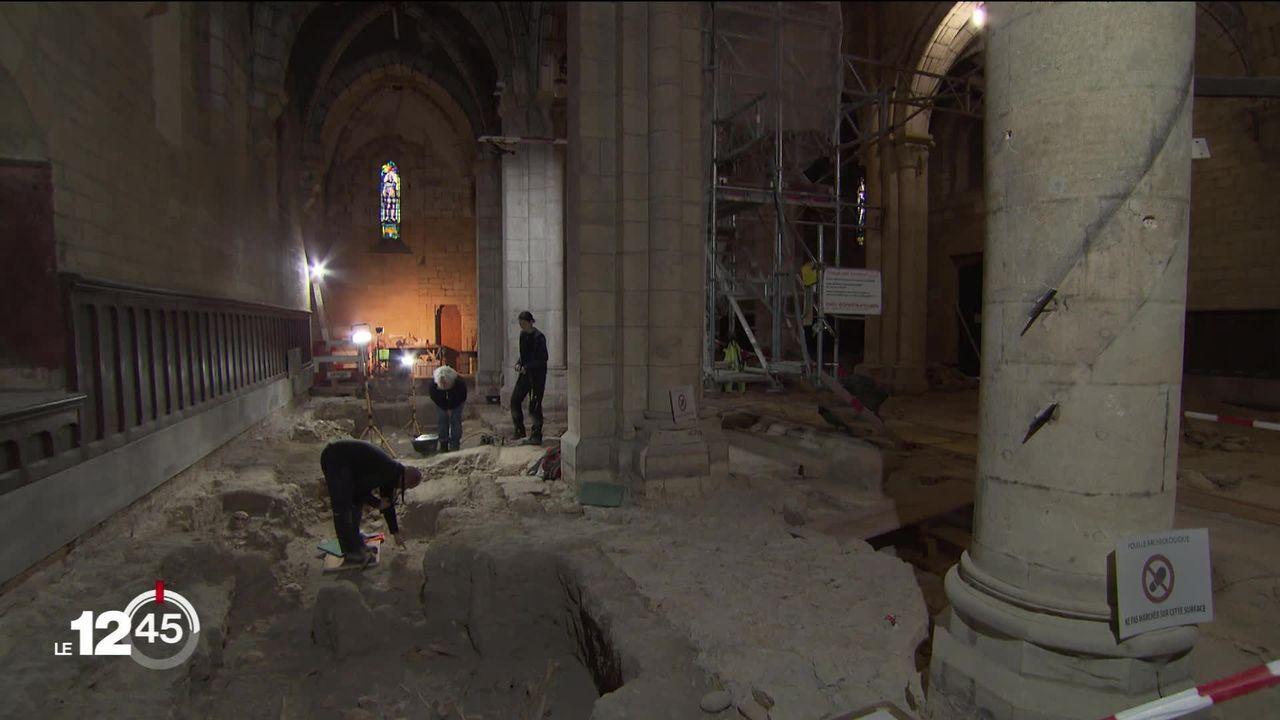 Des dizaines de squelettes ont été découverts dans les entrailles de la collégiale de Neuchâtel lors des travaux de restauration. [RTS]