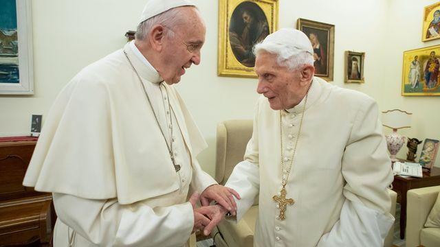 Le pape actuel François et son prédécesseur, Benoît XVI, qui a quitté ses fonctions en 2013. [AFP/Handout/Vatican Media]