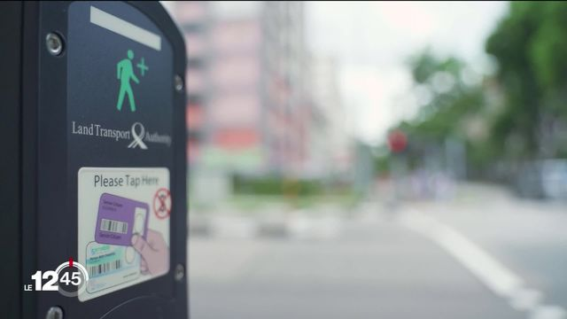 A Singapour, les seniors peuvent prolonger le feu de signalisation pour traverser la route. [RTS]